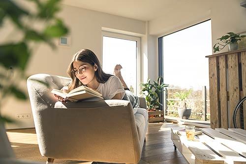25 Grandes Imágenes - Disfrutando en casa, en agefotostock, banco de imágenes